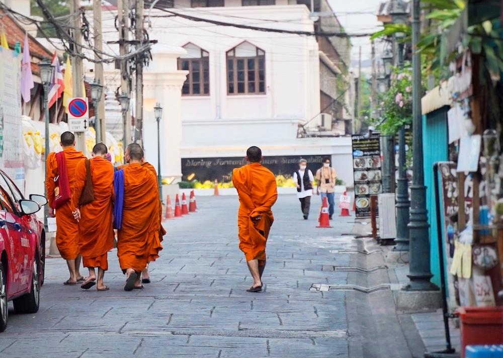 Mönche in Bangkok in der Nähe vom Wat Arun